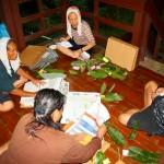 Herbářování položek sebraných z trvalých ploch v primárním tropickém lese v Bruneji (listopad 2011, foto R. Hédl)