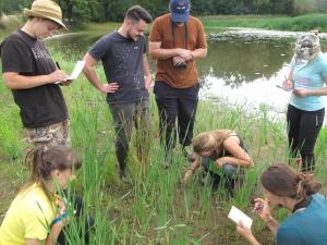 studenti při výzkumu Návesného rybníka Hluboká nad Vltavou